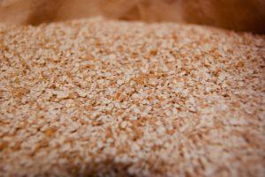 焙煎した小麦を割砕する